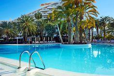 Playa del Inglésistä, viheralueen ja palmujen keskeltä löytyy huoneistohotelli Riu Flamingo. Riu Flamingo muodostaa yhdessä naapurihotelli Riu Papayasin kanssa suuren hotellialueen, jonka kaikki palvelut ovat yhteisiä. Hotellilta pääset helposti aktiviteettien ja urheilumahdollisuuksien pariin. Alueella on golfkenttiä, polkupyörävuokraamoja, minigolf sekä runsaasti vesiurheilumahdollisuuksia alhaalla rannalla.