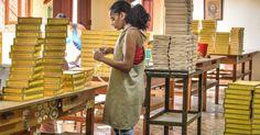 Uma mulher prepara uma caixa de charutos na fábrica H. Upmann, em Havana.