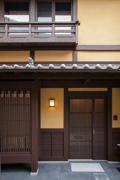 京都の玄関「京都駅」からそう遠くない七条大宮の路地に佇む、リビング階段から望む吹き抜けのある居間と広縁が一体化した町家です。 Japanese Style House, Traditional Japanese House, Japanese Design, Building Art, Building Design, Building A House, Cottage Exterior, House Paint Exterior, Japan Architecture