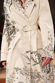 Alexander McQueen Spring 2018 Ready-to-Wear Collection Photos - Vogue  Fashion Week 2018 a84bcd6d0