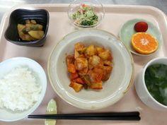 1月26日。酢鶏、じゃが芋のおかか煮、ブロッコリーのごまマヨネーズ、中華スープ、イチゴ、みかんでした!603カロリー、たんぱく質26g、塩分2.5gです♪