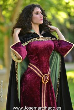 Disney Cosplay Mother Gothel Cosplay from the movie rapunzel takes place in the in germany. Her cloke suggests high power and class. Her costume is renaissance and can be found in shows like game of thrones - Rapunzel Cosplay, Cosplay Anime, Cosplay Disney, Epic Cosplay, Cosplay Dress, Amazing Cosplay, Disney Costumes, Cosplay Outfits, Cool Costumes