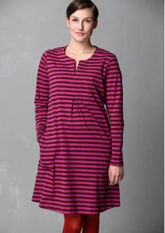 A real eco-favourite! Striped jersey dress with full-length sleeves and side pockets. Pretty pattern-matched yoke with slit-opening at the neck. The front box pleat provides a wonderful loose fit. Cotton Skirt, Cotton Dresses, Colourful Outfits, Colorful Clothes, Pink Trousers, Scandinavian Fashion, Striped Jersey, Striped Dress, Plus Size Fashion
