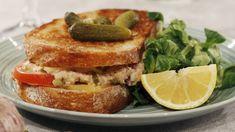 Dubbelmacka med krämig tonfiskröra, cheddarost, tomat och jalapenos. Kan det blir godare? Tuna Melts, Zeina, Halloumi, Fish And Seafood, Scones, Yogurt, French Toast, Sandwiches, Bread