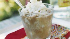 Schöne Erfrischung: Kaffee mit gefrorener Milch |  http://eatsmarter.de/rezepte/kaffee-mit-gefrorener-milch