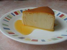 Delicioso flan con queso crema y un toque de caramelo.