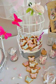 Jaulita decorada con #flor en #pasta de #azucar, y #galletas #mariposas decoradas con #papel de #azucar. Fotopastel.com: