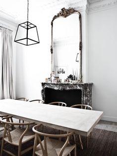 Chaises d'Hans Wegner, table en bois brut. Simple Kids