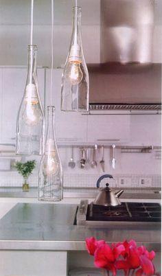 Lámpara colgante de botellas a distintas alturas