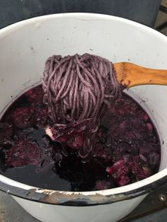 MarRi Collective - wool dyeing with hibiscus flower Natural Dye Fabric, Natural Dyeing, How To Dye Fabric, Dyeing Fabric, Dyeing Yarn, Fibre And Fabric, Hand Dyed Yarn, Fabric Painting, Natural Materials