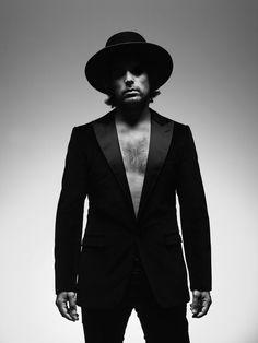 Portretfotograaf Stephan Vanfleteren; de man met de scherpe lens | De Volkskrant Man, Suit Jacket, Suits, Jackets, Fashion, Down Jackets, Moda, Fashion Styles, Suit