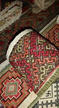 Gammel kvale beltestakk Cross Stitch Designs, Smocking, Bohemian Rug, Art Projects, Weaving, Shirts, Home Decor, Art Designs, Closure Weave