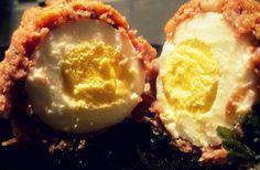 UOVA ALLA SCOZZESE Le origini di questa ricetta sono incerte, pare che Fortnum & Mason,il famoso negozio londinese, ne rivendichi l'invenzione come snack ideato nel 1738 per un ricco viaggiatore, mentre c'è chi afferma che le uova scozzesi siano state ispirate da un piatto indiano chiamato Nargisi Kofta preparato con carne e uova sode. Fatto sta che questa ricetta ha fatto il giro del mondo e ne esistono davvero numerose varianti. http://blog.giallozafferano.it/cookingtime/uova-scozzese/