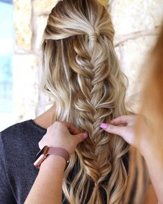 27 Easy DIY Date Night Hairstyles The man of your dreams finally asked you on a date, and now you're not only freaking out about your outfit, but your hair as. Braided Updo, Braided Hairstyles, Date Hairstyles, Stylish Hairstyles, 60s Hair, How To Curl Short Hair, Dating Girls, Long Curly, Hair Inspo