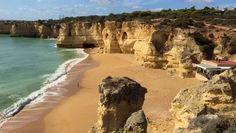 De kust van de Algarve is ruim 180 km lang en je vindt er meer dan 150 prachtige stranden, waarvan er enkele geregeld prijzen winnen en worden gezien als de mooiste stranden van Europa. Je vindt er idyllische soms bijna verlaten baaitjes omringd door prachtige rotsformaties en langgerekte zandstranden waarop je prachtige strandwandelingen kunt maken. Voor elk wat wils. #Algarve #Portugal #CoelhaBeach Portugal Travel Guide, Algarve, Water, Outdoor, Gripe Water, Outdoors, Outdoor Games, The Great Outdoors