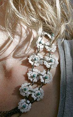 """TOCADO-COLLAR """"REVIVAL"""" Tocado o collar de encaje envejecido y piedras naturales verdes, ojos de tigre. Vintage Flowers lace. Inspirado en el estilo de la isla de Ibiza."""