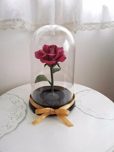 美女と野獣に登場する赤い薔薇をイメージして作りました。お誕生日や記念日の贈り物やウェディングのシーンに飾られるととても素敵だと思います。直径約13㎝×21㎝と大きくて存在感があります。花、茎、葉も軽量の樹脂粘土(ソフトクレイ)でリアルに表現しました。セロンドームを使用しています(ガラスではありません)受注後に作品を製作させて頂きます。ご注文頂いてから 製作→乾燥→発送になります。納期は約二週間掛ります。