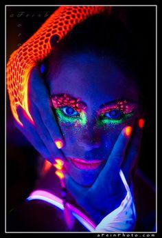 Face Painting With Fluorescent Paint Under A Blacklight . Fluorescent Light Installations By Ko Siu Lan Colossal. Uv Makeup, Dark Makeup, Makeup Art, Neon Painting, Light Painting, Trippy Painting, Airbrush, Tinta Neon, Uv Photography