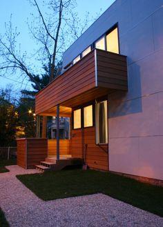 blickdichte Balkongeländer aus Holzbrettern: wood and steel combine for modern feel