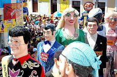 Desfile de bonecos gigantes.