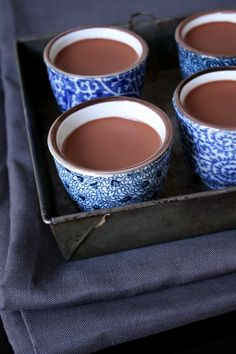 crème au chocolat - the page is in FRENCH - but it's CHOCOLATE! I must get this translated! Chocolate Cream, Chocolate Lovers, Custard Pudding, No Cook Desserts, Eat Dessert First, Fun Drinks, Dessert Table, Mousse, Sweet Recipes