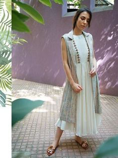 Our shrugs are the ideal way to indistinctly apply warmth to effectively the wearer but still looking trendy. Pakistani Dresses, Indian Dresses, Indian Outfits, Kurti With Jacket, Jacket Style Kurti, Kurta Designs Women, Blouse Designs, Kurti Styles, Shrug For Dresses