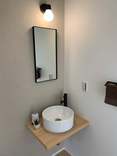 帰宅してすぐに手が洗える、遊びにきたお友達が、ちょっと化粧直しができる、玄関やリビングから見えてもちょっとオシャレな洗面台です。 Sink, Vanity, Bathroom, Home Decor, Sink Tops, Dressing Tables, Washroom, Vessel Sink, Powder Room