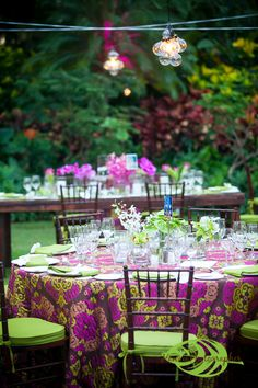 Who says you have to stick to creams and whites? Go for tablecloths with personality, like at this @Four Seasons Resort Hualalai at Historic Ka'upulehu wedding.