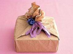 ホールケーキの箱をクラフト紙で包み、ドライフラワーをつけてコサージュ風に。/毎日おやつ&おもてなしSwetsBook(「はんど&はあと」2013年1月号)