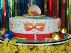 CHÁ DE COZINHA COM DECORAÇÃO CARNAVALESCA?! Aproveitando as festividades deste feriado lindo que é o carnaval, que tal começar a se inspirar em uma decor de chá de panelas temático? Chame as amigas e madrinhas para a folia!Chá-de-cozinha-Tema-Carnaval-bolo (1)