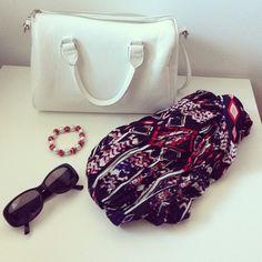 Algunos detalles del look de ayer... #ideassoneventos #imagenpersonal #imagen #moda #ropa #looks #vestir #complementos #detalles #details #fashion #style #outfit #tendencias #fashionblogger #personalshopper #ootd #outfitofday #me #blogsdemoda #streetstyle #currentlywearing #clothes #negro #blanco #rojo #bag #fular #pulsera #sunglasses