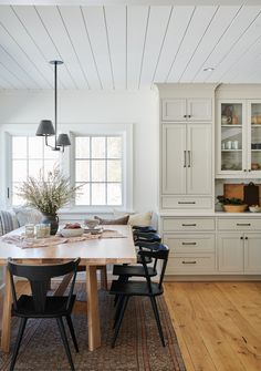 modern farmhouse dining room design with rustic dining room table and farmhouse black dining chair a Dining Room Design, Interior Design Kitchen, Dining Room Table, Kitchen Dining, Kitchen Modern, Dining Room Cabinets, Black Kitchen Chairs, Modern Farmhouse, White House Interior