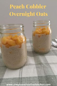 These easy peach cobbler overnight oats may be your new go-to breakfast in a jar. So creamy and delicious that you may find it hard to believe you're eating a healthy breakfast! Breakfast In A Jar, Make Ahead Breakfast, Healthy Breakfast Recipes, Perfect Breakfast, Healthy Recipes, Overnight Breakfast, Mexican Breakfast, Breakfast Pizza, Breakfast Cookies