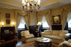 ケベックからモントリオールへ移動してきました。<br /><br />ホテル・ル・セント・ジェームス<br />http://www.hotellestjames.com/<br /><br />こちらは、上司の泊まったお部屋のゲストルーム!<br />ここはカナダのドクターがオーナーの知り合いなので2泊用意して下さったのです!<br /><br />「すみません!写真を撮らせてください!」<br />「いいなー」「素敵~」などとパチパチ撮りまくり^^<br /><br />気分は洋館巡りみたいな感じですね(*^∀^*)<br /><br />次に出てくるのが私の泊まったお部屋です。<br />比べちゃうとダメです。でも動線がすっきりしていたし、バスルームは女性好みじゃないかな?<br />(上司は、ティシュを取るだけでも部屋の中を何歩も歩かなくちゃならないんだ・・・ってこぼしてました)<br /><br />超~豪華☆彡な調度品に囲まれて寛ぎのホテルステイでした。<br /><br /><br />では、今回はモントリオールの滞在ホテルのご案内です