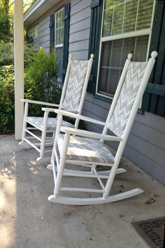 Rocking Chair Re-do. Two old rocking chairs get a second chance with some paint & fabric. A before & after makeover. Rocking Chair Makeover, Rocking Chair Porch, Wooden Rocking Chairs, Outdoor Rocking Chairs, Swinging Chair, Diy Chair, Cheap Dining Room Chairs, Patio Chairs, Swing Chairs