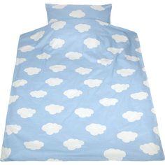 Diese schön dezent gehaltene Kinderbettwäsche in blau mit weißen Wölkchen sorgt für eine ruhige Atmosphäre im Reich unserer lieben Kleinen. Die tolle Biber-Qualität sorgt für ein wunderbar kuscheliges Hautgefühl.<br /> <br /> Maße & Details:<br /> - L x B Bettdeckenbezug ca. 135 x 200 cm<br /> - L x B Kopfkissenbezug ca. 80 x 80 cm<br /> - aus Baumwollstoff in toller Biber-Qualität<br /> - mit Reißverschluss<br /> <br /> Pflegehinweise:<br /> - waschbar bis 60°C<br /> - keine optischen…