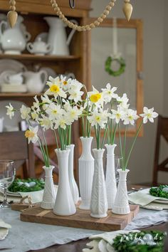 Natural Rustic Spring Tablescape Need ideas for your spring table and decor? This post has dozens of ideas. The post Natural Rustic Spring Tablescape appeared first on Summer Diy. Summer Decoration, Decoration Table, Table Centerpieces, Spring Decorations, Farmhouse Style Decorating, Farmhouse Decor, Farmhouse Design, Modern Farmhouse, Antique Farmhouse