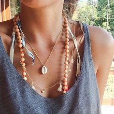 Delicado collar de conchas de cauri
