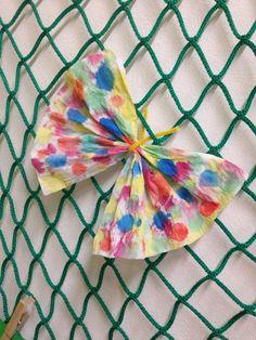 Motýlek z papírových kapesníčků. (Práce s vodovými barvami)