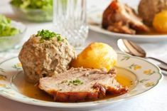 Schweinsbraten mit Knödel Austrian Recipes, Sauce Tomate, Party Buffet, Baked Potato, Mashed Potatoes, Pork, Meat, Cooking, Ethnic Recipes