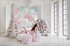Стиль Guerlain отлично подошел к свадьбе, оттенки пудровых тонов, потрясающие формы, шары из которых можно создать любой образ. Наше свадебное агентство искренне гордится, что мы привнесли в свадьбы этот образ.