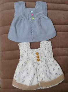 This Pin was discovered by Nim Baby Cardigan, Knit Baby Dress, Baby Pullover, Knitted Baby Clothes, Cardigan Pattern, Crochet Baby Bibs, Crochet For Kids, Designer Blouse Patterns, Baby Sweaters