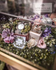 52 ideas wedding gifts ideas baskets for 2019 Wedding Hamper, Wedding Gift Baskets, Wedding Gift Wrapping, Wedding Gift Boxes, Wedding Gifts For Couples, Wedding Favours, Diy Wedding, Wedding Invitations, Trendy Wedding