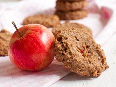 Omenapiirakkakeksit kätkevät sisäänsä perinteisten omenapiirakka-ainesten lisäksi maapähkinävoita. Keksit ovat vegaanisia, sokerittomia ja gluteenittomia. Muffin, Apple, Fruit, Breakfast, Food, Apple Fruit, Morning Coffee, Eten, Cupcakes