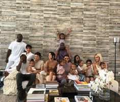 The vast majority of the Kardashian/Jenner clan gathered for a group photograph on Easter this past Sunday, posing on a large couch with their children and significant others Kanye West, Travis Scott and Corey Gamble. Robert Kardashian, Kourtney Kardashian, Kardashian Kollection, Familia Kardashian, Estilo Kardashian, Kardashian Jenner, Kim Kardashian Kids Names, Kardashian Family Photo, Kardashian Workout