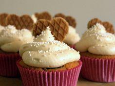 Ik weet dat ik in een vorige post al eens mijn stroopwafel cupcake recept heb gedeeld. Toch wilde ik het ook nog een keer officieel doen, met de enige echte I heart stroopwafel cupcakes. Toen ik nog in het Engels schreef kregen deze cupcakes enorm veel aandacht en ik ben er dan ook erg trots …