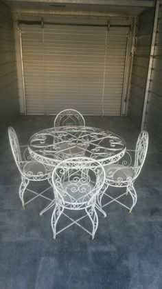 Wrought iron patio set ornate vintage table by MakingMidCenturyMod – En Güncel Araba Resimleri Garden Table And Chairs, Dining Table Chairs, Round Glass Table Top, Traditional Home Decorating, Afrique Art, Round Chair, Iron Furniture, Iron Table, Farmhouse Kitchen Decor