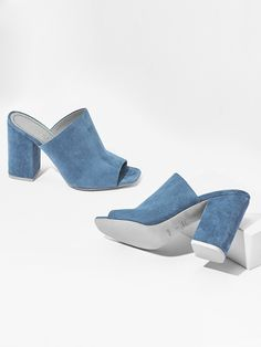 The aeyde Poppy mule in sky blue suede