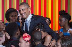 米ホワイトハウス(White House)開催された米政府の芸術・人文科学委員会(President's Committee on the Arts and the Humanities、PCAH)主催の「ターンアラウンド・アーツ・タレントショー(Turnaround Arts Talent Show)」で、サプライズゲストとして登場したバラク・オバマ(Barack Obama、中央)米大統領(2014年5月20日撮影)。(c)AFP/Jim WATSON ▼21May2014AFP|ホワイトハウスで子どもの「タレントショー」、著名人ら参加 http://www.afpbb.com/articles/-/3015452 #Turnaround_Arts_Talent_Show #Barack_Obama #White_House