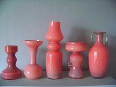Zestaw 5 pięknych, niepowtarzalnych wazonów z których każdy sam jest pięknym przedmiotem z lat 60 - 70 reprezentujących design szklarski tamtych lat, razem tworzą coś wyjątkowego.
